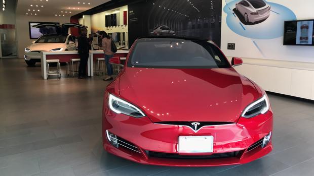Un Model S en un centro de exposiciones de Santa Mónica