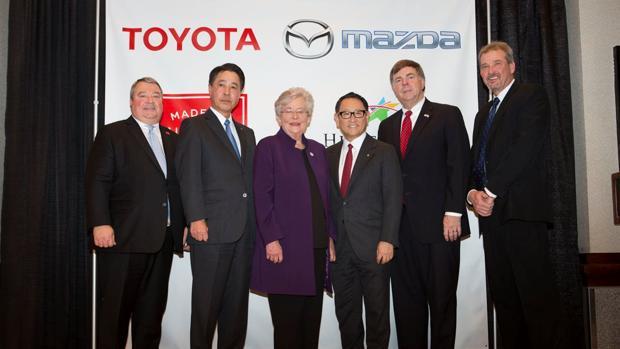 Masamichi Kogai, presidente y consejero delegado de Mazda Motor Corporation, y Akio Toyoda, presidente de Toyota, se unieron a la gobernadora Ivey y al alcalde Battle con motivo del anuncio