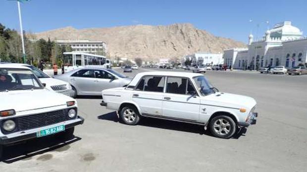 Vehículos de color blanco en Turkmenistán