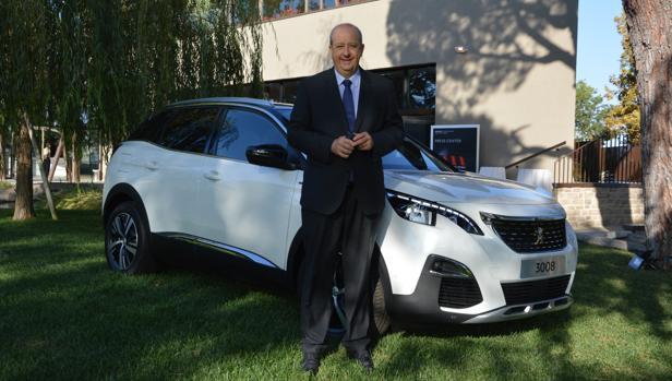 El CEO de Peugeot, junto a su superventas, el 3008