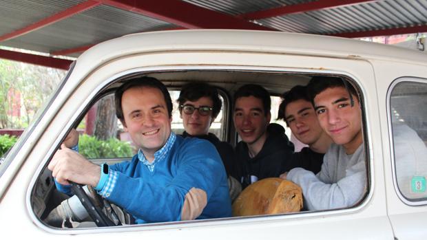 El profesor Manuel Amor junto a los cuatro alumnos del proyecto: Antonio Capilla, Afonso Barbosa, Diego Medina y Jaime Rodríguez