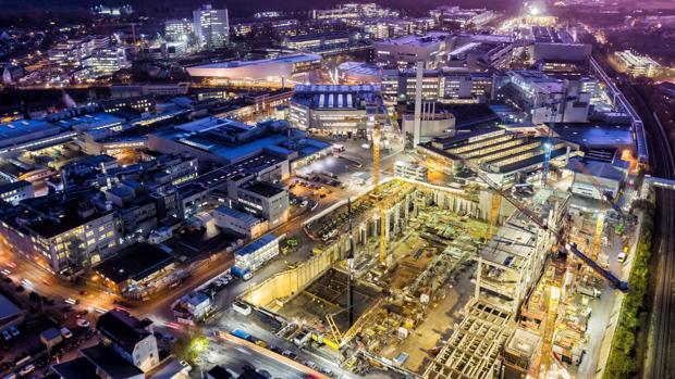 Obras en la factoría de Porsche de Zuffenhausen para erigir las instalaciones donde se montará el Mission E, el primer eléctrico de la marca