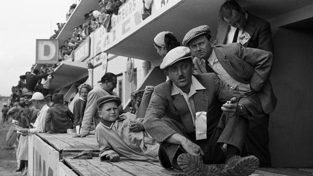 Wolfgang Porsche (1956, tumbado) con su padre Ferry Porsche (gorra cuadros) y Hans Klauser en las 24h de Le Mans