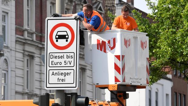 Operarios colocan carteles en calles restringidas a los vehículos diésel anteriores a Euro 5 en Hamburgo
