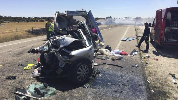 Cuatro menores fallecieron en 2015 en la Nacional 122 a su paso por Cerezal de Aliste (Zamora), tras chocar un camión y el turismo en el que viajaban