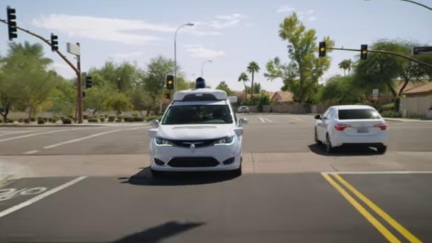 Chrysler Pacifica autónoma modificada por Waymo circula en Phoenix (Arizona)