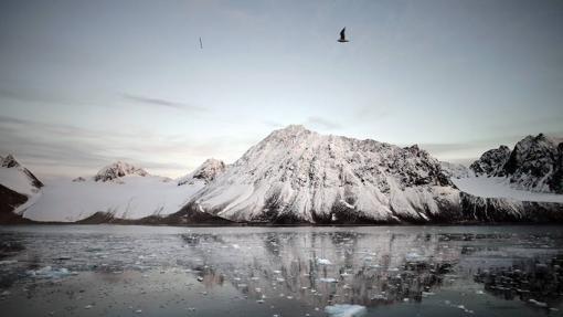 Fiordos entre montañas y glaciares al norte de la isla de Svalbard (Noruega)