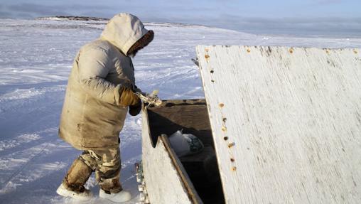 Pescador inuit en su trineo en el territorio autónomo de Nunavut (Canadá)