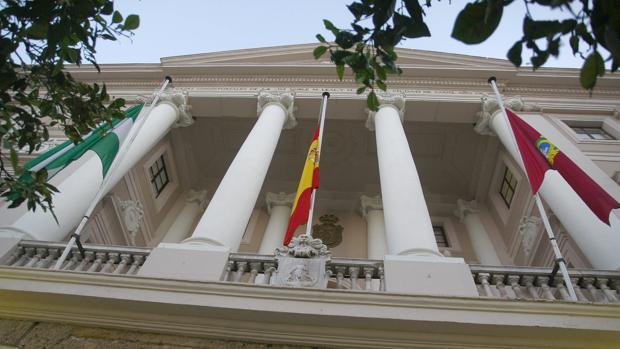 Luto y banderas a media asta en Cádiz por Carmen Obregón
