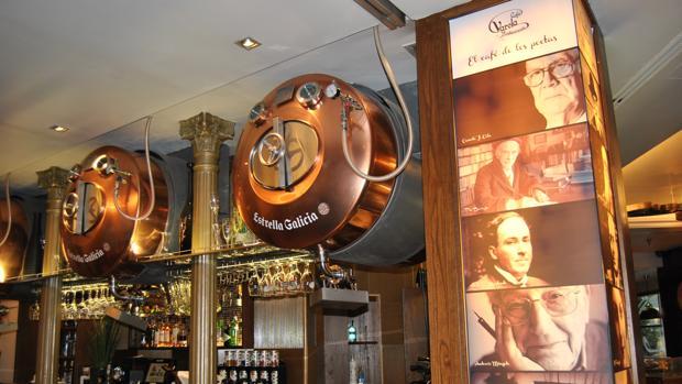 Las fotos de los conocidos escritores recuerdan el pasado literario del café