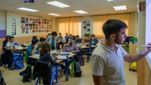 Alumnos y profesores, en una de las clases del colegio Nuestra Señora del Pilar de Soria