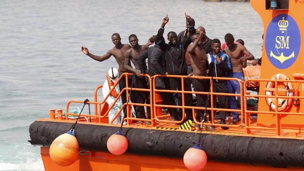 Inmigrantes subsaharianos llegando a la costa gaditana