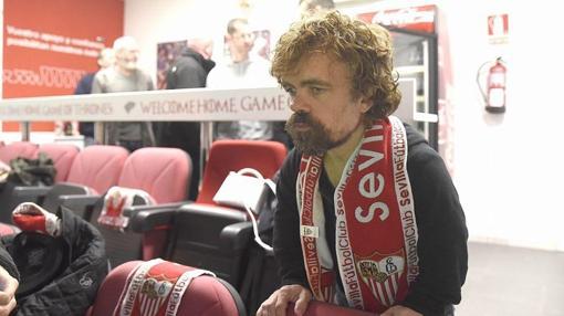 Peter Dinklage , con la bufanda del Sevilla FC