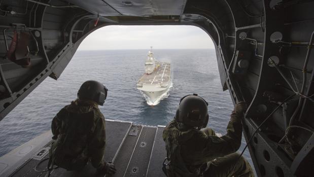 Maniobras de un helicóptero Chinook con el buque Dixmude, en abril de 2016