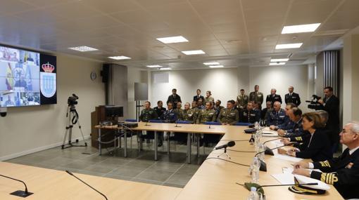 La ministra Cospedal atiende la videoconferencia con las misiones en el exterior