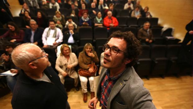 Barcia, el señalado por el episodio en Onda Cádiz, junto al alcalde en la asamblea con los vecinos de Loreto.