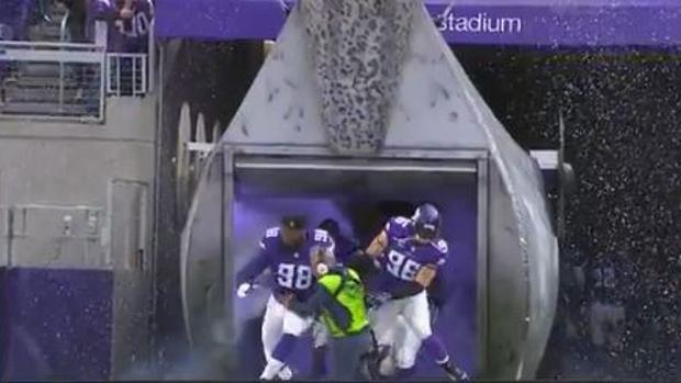 NFL:  La embestida de los Vikings a un pobre técnico de sonido