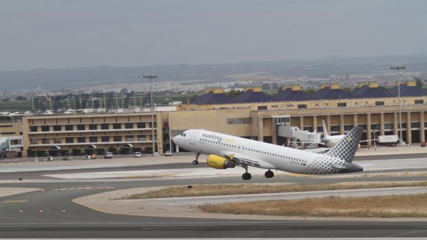 Un avión de Vueling sobre una de las pistas del aeropuerto de Sevilla