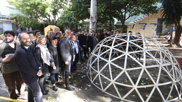 El delegado de Urbanismo, con los promotores del programa «Luces de barrio»