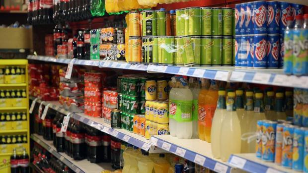 Bebidas azucaradas en la estantería de un supermercado