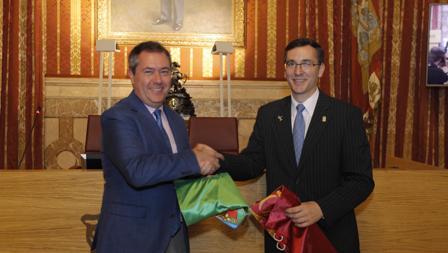 Los alcaldes de Sevilla y Laredo