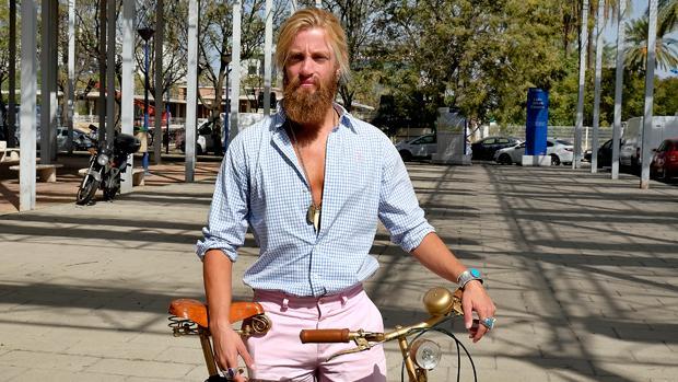 Álvaro Requerey utiliza su «famosa» bicicleta como medio de transporte siempre que le es posible