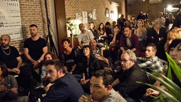 Una sesión de «story slam» en una coctelería de Madrid