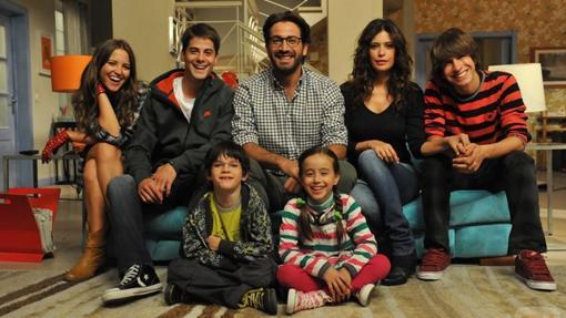 La familia protagonista de Los Protegidos vivía en el mismo barrio que Los Serrano y Médico de Familia ¡que novedad!