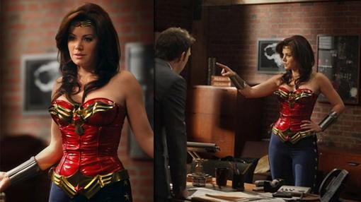 Erica Durance como Wonder Woman en Harry´ Law