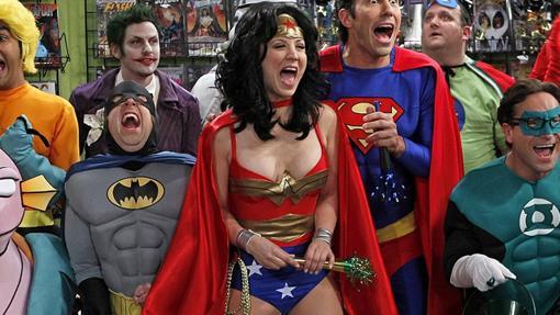 Penny de The Big Bang Theory también se ha disfrazado de Wonder Woman en TV y no es la única. Otras que lo han hecho han sido Emily Deschanel en Bones y algunos personajes animados como la Lois de Padre de Familia