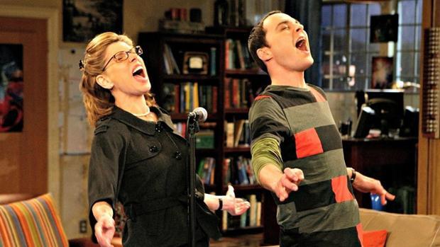 Sheldon y la madre de Leonard dándolo todo en el Karaoke durante el día de la música