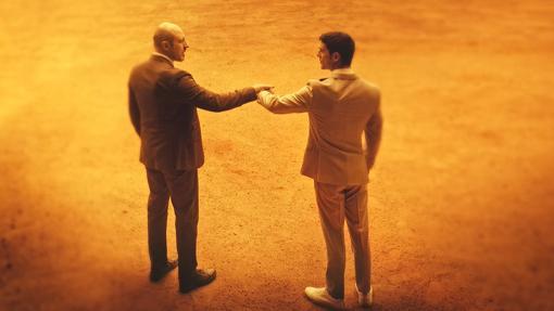 Roberto Álamo y Alejo Sauras en una escena del primer capítulo.
