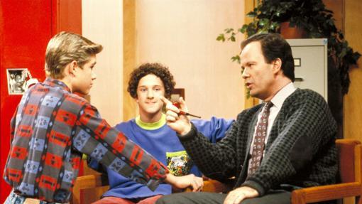Zach Morris (i), Screech (c) y el señor Belding (d).