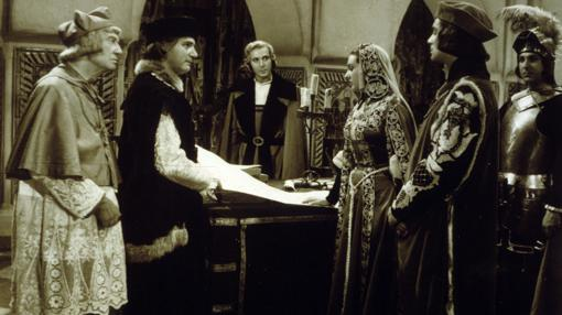 Cristobal Colón (Antonio Vilar) presenta sus planes en Alba de América.