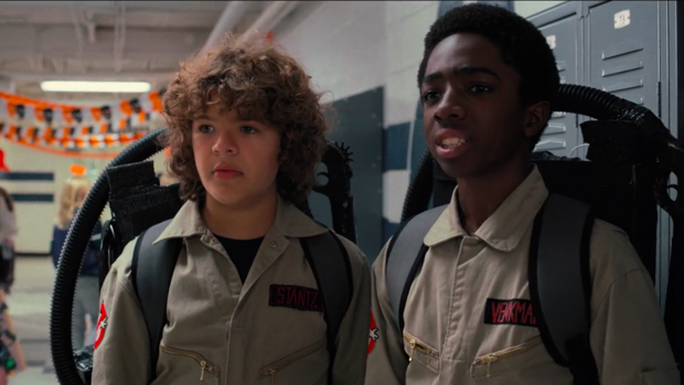 Dustin (Gaten Matarazzo) y Lucas (Caleb) disfrazados de cazafantasmas en 'Stranger Things'.