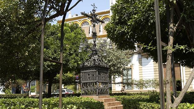 La Cruz de la Cerrajería, en la plaza donde están los restos de Murillo enterrados