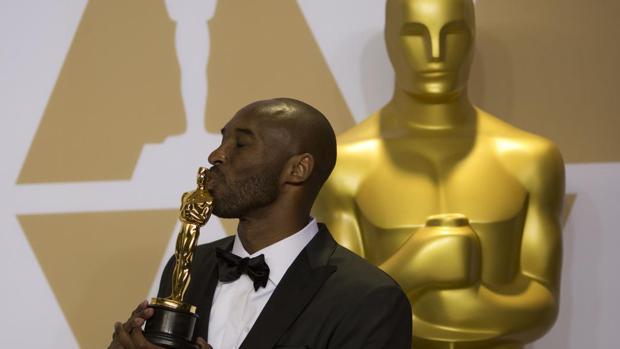 Kobe Bryant, besando el Oscar de la Academia.