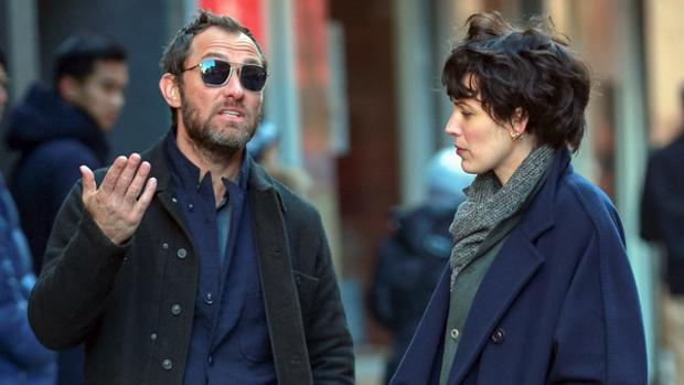Jude Law y Blake Lively, en el set de rodaje de 'The Rhythm Section'.