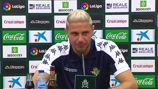 Joaquín, en una rueda de prensa con el Real Betis.