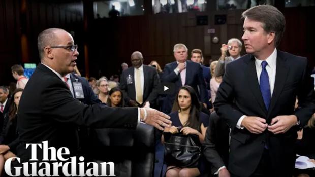 Momento en el Kavanugh rechaza la mano de Guttenberg.