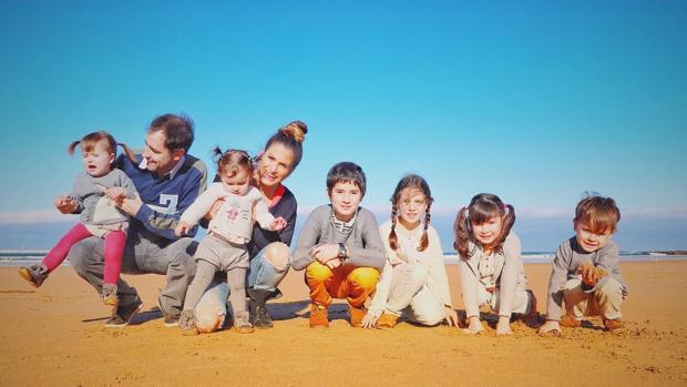 La youtuber Verdeliss junto a su familia.