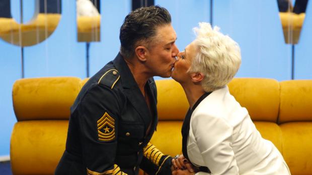Ángel Garó se besa con su hermana en la casa de Gran Hermano Vip