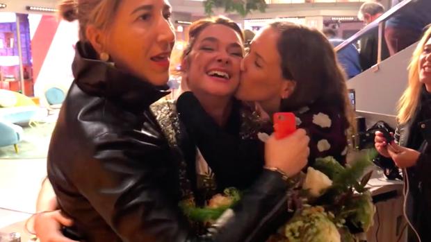 ToñiMoreno, abrazada por algunas compañeras en su último dia en 'Viva la vida'.