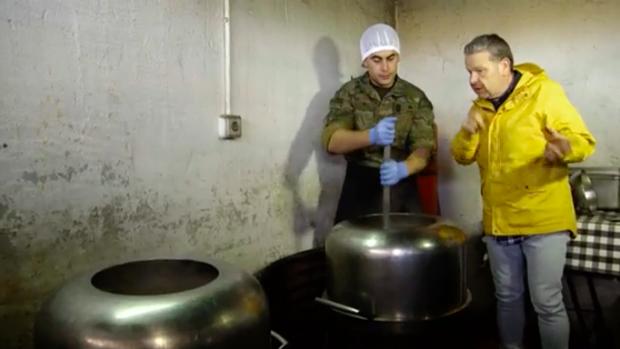 Alberto Chicote conversa con un cocinero del ejército en '¿Te lo vas ca comer?'