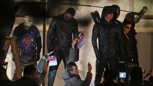 El nuevo equipo de Arrow en pleno rodaje. A la izquierda, Wild Dog, junto a él, Mr. Terrific, y despues Flecha Verde y Artemisa. Por detras se intuyen otros personajes ¿Diggle y Speedy quizás?