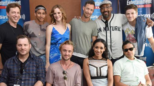 En el centro de la foto, junto al resto del equipo de actores y algún que otro porductor, podemos ver a Tom Cavanagh, el actor que da vida a Wells