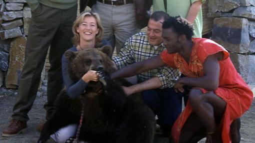 Los protagonistas de Mediterráneo junto a un gran osos pardo