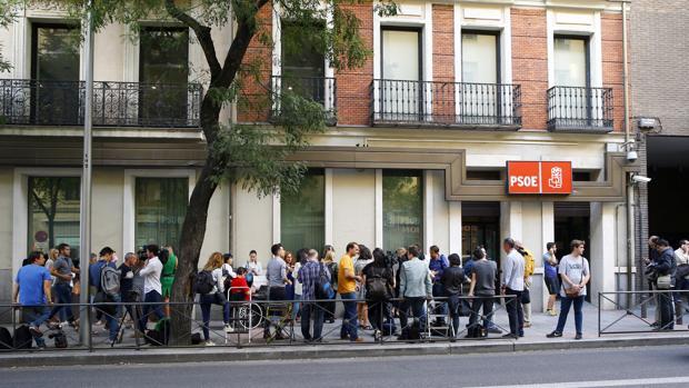 Periodistas en la sede del PSOE en la calle Ferraz