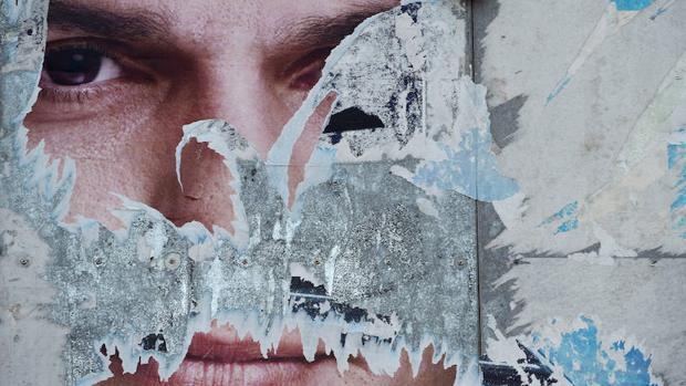 Un cartel con el rostro de Pedro Sánchez en la localidad asturiana de Lugones