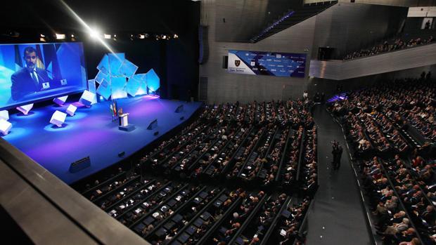 Don Felipe se dirige a un abarrotado auditorio de Fibes en la sesión inaugural de la VI Asamblea del Instituto Internacional San Telmo